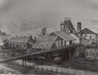 Oakwood Colliery. It was sunk in 1868 and closed in 1928/9. You can see here that the head frame was made from wood.